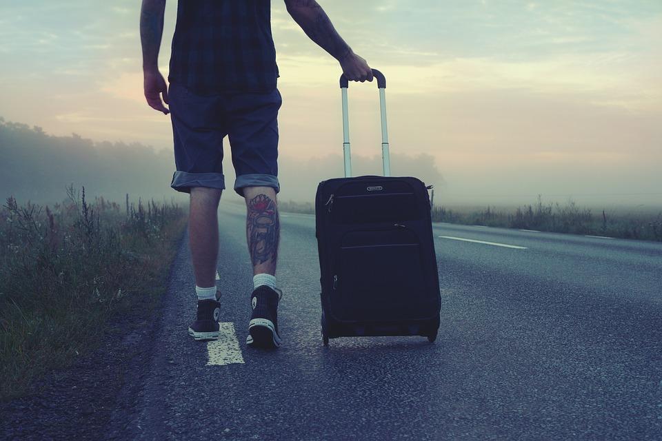 maletas y ruedas viajando