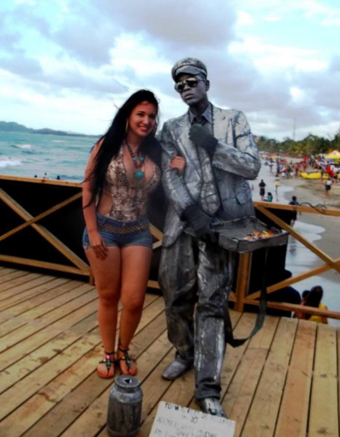 A las chicas les encanta tomarse fotos con las Estatuas vivientes para publicarlas en sus Facebook